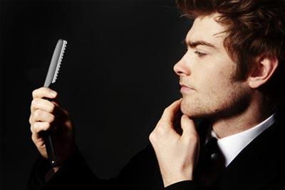 Hiusten leikkaus veitsellä